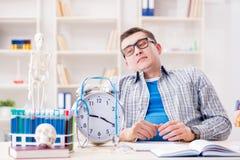 I termini mancanti dello studente di medicina per completare assegnazione Fotografie Stock