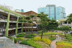 I terrazzi nel centro di Ayala, Cebu, Filippine fotografia stock libera da diritti