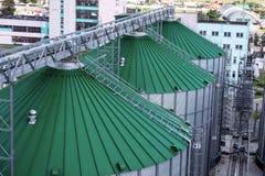 I tetti del silos di grano con i trasportatori della ruspa spianatrice hanno attaccato a loro Un magazzino moderno di grano e di  Fotografia Stock Libera da Diritti
