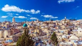 I tetti di vecchia città con santo sotterrano la cupola della chiesa, Gerusalemme fotografia stock libera da diritti