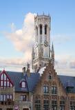I tetti di vecchie case con Belfort si elevano, Bruges immagine stock libera da diritti