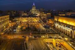 I tetti, la linea di orizzonte e la notte urbani trafficano Immagine Stock