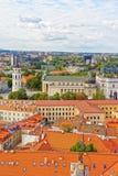 I tetti osservano sul quadrato della cattedrale in vecchia città di Vilnius Immagini Stock