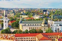 I tetti osservano sul quadrato della cattedrale in vecchia città Vilnius Immagine Stock Libera da Diritti