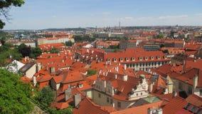 I tetti rossi della città di Praga fotografia stock