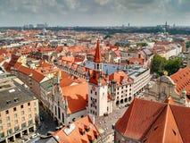 I tetti rossi di vecchia città di Monaco di Baviera, Germania fotografia stock libera da diritti