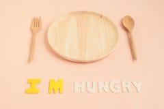 I& x27; texto com fome de m com placa e a cutelaria de madeira fotografia de stock