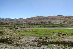 By i Tibet Arkivfoton