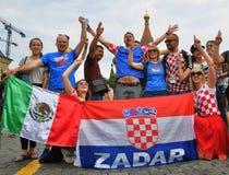 I tifosi croati posano per le foto sul quadrato rosso a Mosca Immagini Stock Libere da Diritti