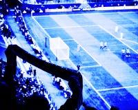 I tifosi incoraggiano il loro scopo del punteggio della squadra di calcio con le bandiere, le insegne e le sciarpe allo stadio Vi Fotografia Stock