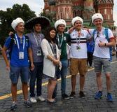 I tifosi posano per le foto sul quadrato rosso a Mosca Immagine Stock