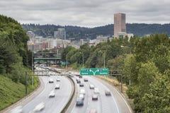 I-84 till den mellanstatliga motorvägen I-5 i Portland Oregon Arkivbilder