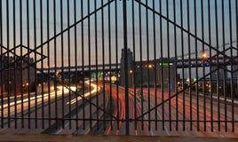 I-95 till och med ett järnstaket på en planskild korsning i Philadelphia Arkivfoton