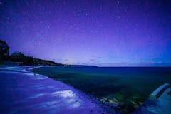 I tintoriale abbaiano, Bruce Peninsula alla notte con la Via Lattea e la stella Fotografia Stock Libera da Diritti