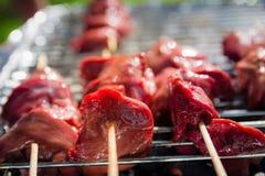 I tipi differenti di carni sono cucinati sulla griglia Immagini Stock