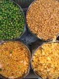 I tipi differenti di indiani namkeen e spuntini saporiti che vendono sul mercato immagine stock