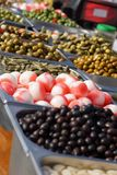 I tipi differenti di olive e di cipolle all'aceto sono su esposizione nel mercato in Spagna immagine stock libera da diritti