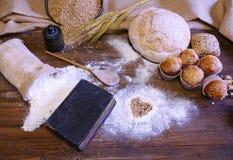 I tipi differenti di pane, di dolci della frutta e di farine sparse sopra corteggiano Fotografie Stock Libere da Diritti