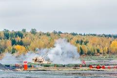 I tiri dell'obice 2S19M2 Msta-S da 152 millimetri La Russia Immagini Stock Libere da Diritti