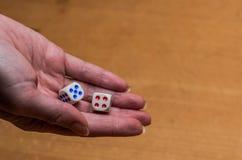 I tiri della mano tagliano per giocare un gioco da tavolo Fotografia Stock