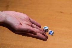 I tiri della mano tagliano per giocare un gioco da tavolo Fotografie Stock Libere da Diritti