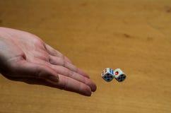 I tiri della mano tagliano per giocare un gioco da tavolo Immagini Stock Libere da Diritti