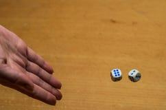 I tiri della mano tagliano per giocare un gioco da tavolo Fotografia Stock Libera da Diritti