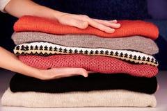 I tocchi delle mani riscaldano le cose di lana Fotografie Stock Libere da Diritti