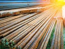 I tondi per cemento armato d'acciaio per costruzione è ruggine fotografie stock libere da diritti