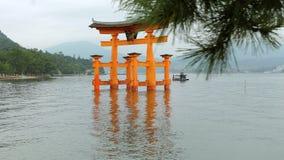 I tori gate in mare su Miyajima, Hiroshima archivi video