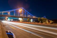 I traffici sui passaggi alla notte Fotografia Stock