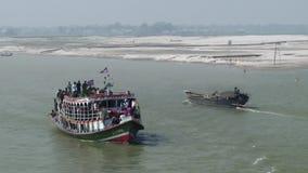I traghetti di Daulatdia entrano nel porto alla sponda del fiume di Padma, Bangladesh archivi video