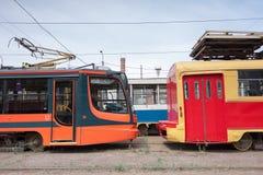 I tram nuovi e vecchi, sono in un parco, pronto a viaggiare l'itinerario Futuro passato Immagine Stock