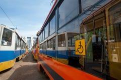 I tram sono in un parco, pronto a viaggiare il segno giallo disattivato itinerario alla ruota Fotografia Stock