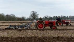 I trattori arano un campo Fotografia Stock Libera da Diritti