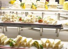 I tre rader på ett magasin av olika typer av ost och skivor Royaltyfri Fotografi