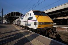 I treni della costa Est classificano 91 il numero 91007 nella livrea promozionale di James Bond 007 Skyfall alla stazione ferrovi fotografie stock libere da diritti
