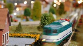I treni di modello si incontrano ed attraversano su un diorama stock footage