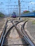 I treni passeggeri portano i passeggeri alla stazione ferroviaria Immagine Stock