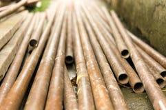 I tubi del metallo sono immagazzinati al magazzino della fabbrica Immagine Stock