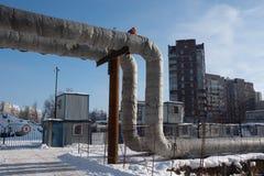 I tubi di acqua calda forniscono temporaneamente installato sopra la terra Immagini Stock