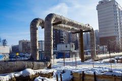 I tubi di acqua calda forniscono temporaneamente installato sopra la terra Fotografia Stock