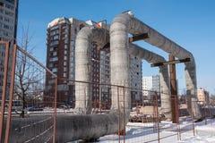 I tubi di acqua calda forniscono temporaneamente installato sopra la terra Fotografie Stock