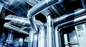 I tubi di ventilazione e le condotte di un'aria condizionano Fotografia Stock