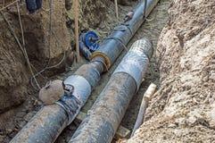I tubi nella fossa di terra per la fabbricazione della conduttura e proteggono Immagini Stock Libere da Diritti