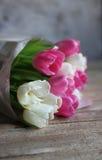I tulipani fiorisce nel giorno della madre o di primavera s sul bordo di legno Immagine Stock