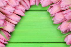 I tulipani fiorisce sul bordo di legno nel giorno di madri o di primavera con il poliziotto Fotografie Stock Libere da Diritti