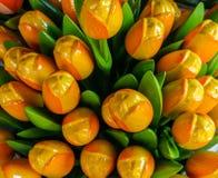 I tulipani gialli artificiali si chiudono su un fondo con i tulipani sboccianti Fotografia Stock