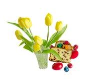 I tulipani gialli con il dolce hanno chiamato Pasca fatto con formaggio e l'uva passa Immagini Stock Libere da Diritti