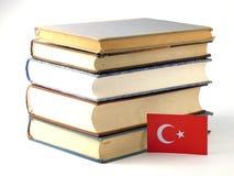 I turco diminuiscono con il mucchio dei libri su fondo bianco fotografie stock libere da diritti